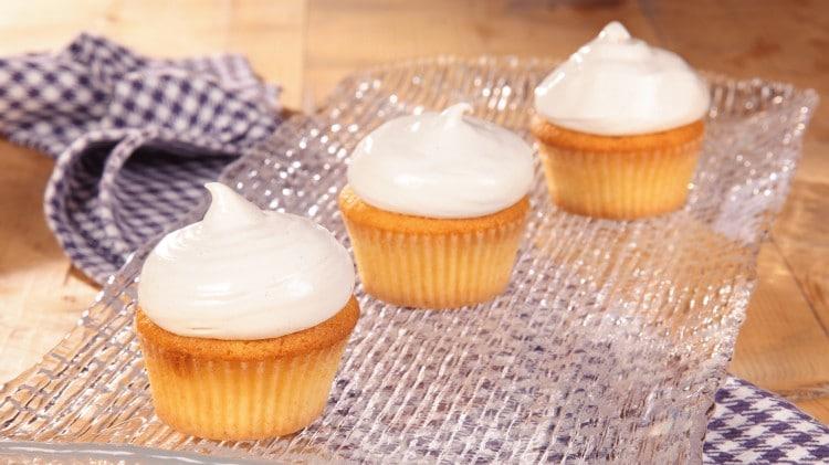 Cupcakes al limone con copertura spumosa bianca