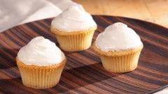 Cupcakes gialli con copertura spumosa al butterscotch