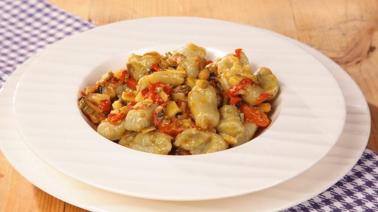 Gnocchi ai carciofi con ragù di verdure