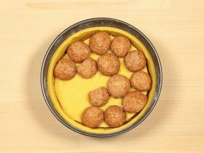Torta con amaretti e marmellata