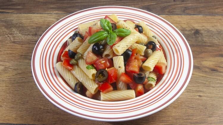 Rigatoni con pomodori capperi ed olive