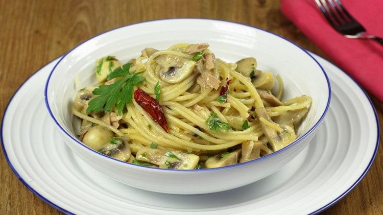 Spaghetti con tonno e funghi
