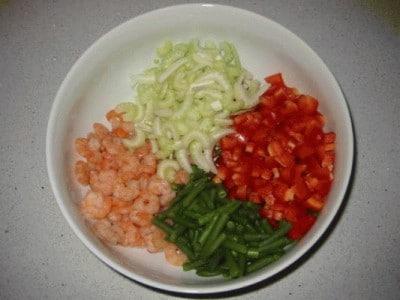 Insalata d'orzo con gamberi e verdure