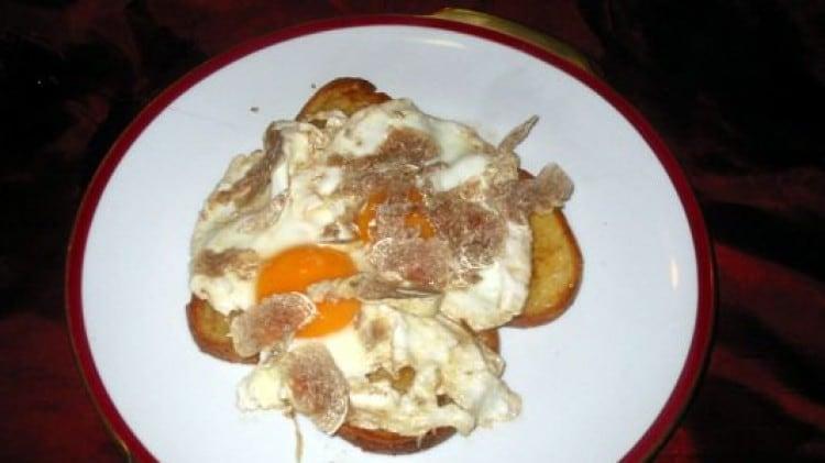 Crostoni di uova e tartufo bianco