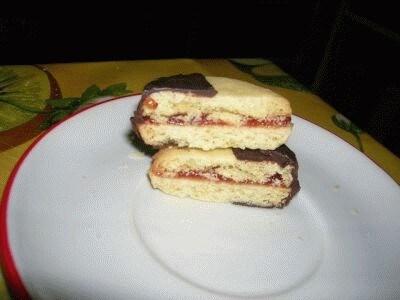 Biscotti ripieni di marmellata di fragole
