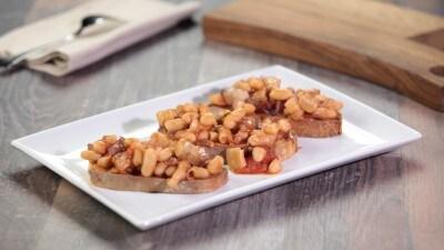 Crostini con fagioli e pancetta