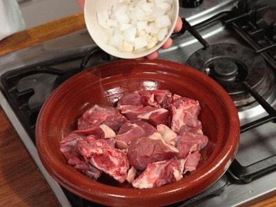 Carne e prugne cotte con il tajine