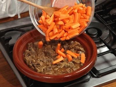 Manzo con carote cotto con il tajine