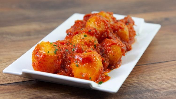 Patate con sugo di pomodoro