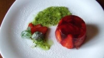Aspic di fragole al maraschino con salsa di kiwi e menta