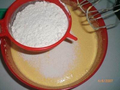 Torta al doppio yogurt con chantilly e pesche