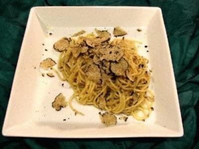 Spaghetti con acciuga e tartufo nero estivo