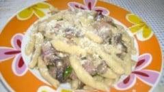 Maccheroni con salsiccia, pancetta e funghi
