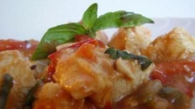 Bocconcini di pollo pomodorini olive e basilico