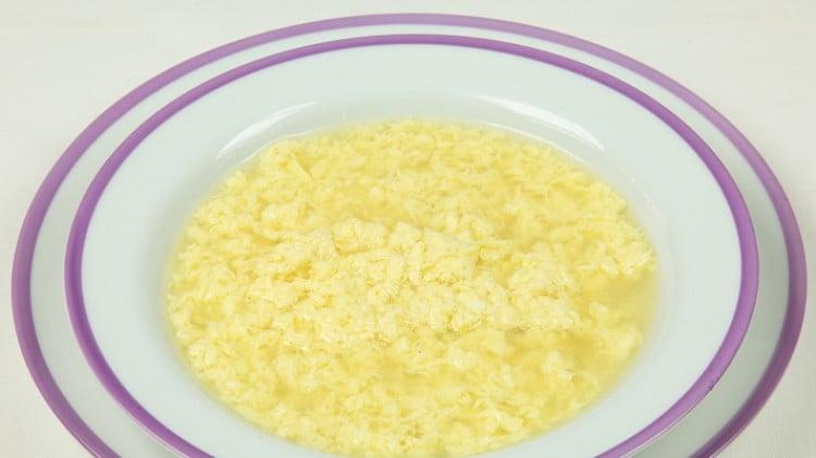Minestra con gocce d'uovo
