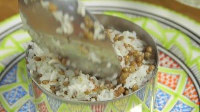 Lenticchie e riso con una salsa piccante al pomodoro | Kosheri