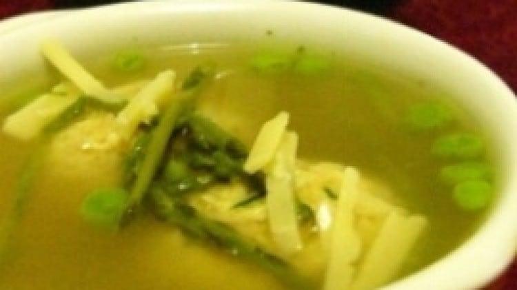 Canederli di pollo in brodo con piselli ed asparagi selvatici con scaglie di grana