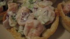 Cestini di pancarrè con ripieno di insalata di gamberetti