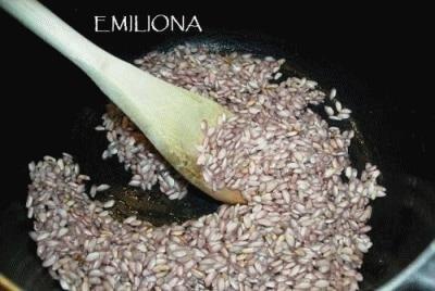 Anello di riso al vino rosso con fagioli neri, panna e pancetta