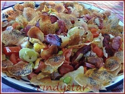 Insalata con chips di patate al papavero