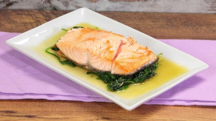 Salmone con spinaci freschi