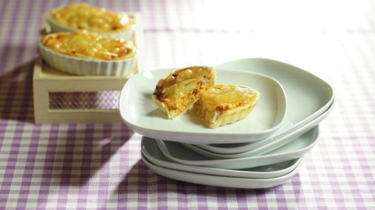 Barchette di pollo rifatto con cipolle e emmethal