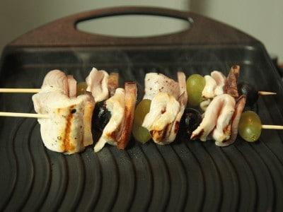 Spiedini di pollo, pancetta e uva