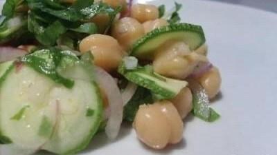 Insalata aromatica con ceci e zucchine