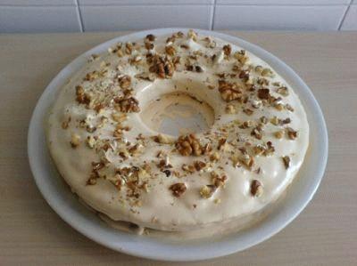 Torta glassata con noci e caffè