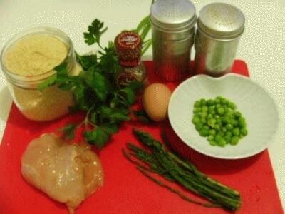 Canederli di pollo in brodo con piselli ed asparagi selvatici con scaglie di gra