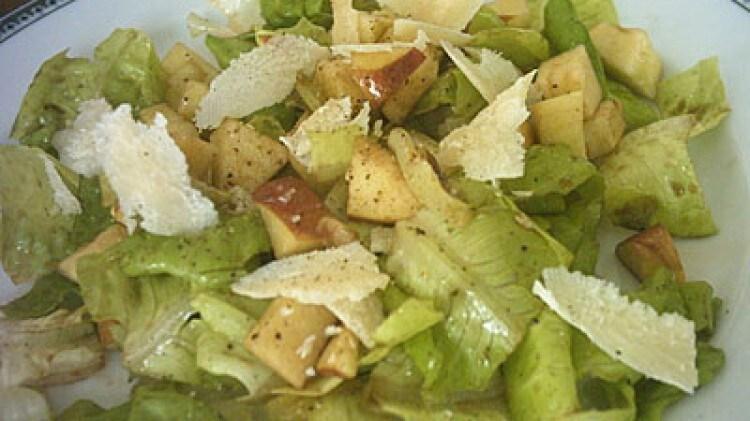 Lattuga con mela e parmigiano