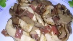 Bocconcini di pollo con funghi e speck