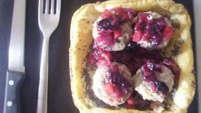 Cestino con polpettine servito con mirtilli e mele