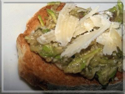 Bruschetta con zucchine marinate e scaglie di grana