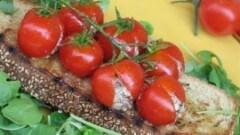 Crostoni con grappolo di ciliegino alla greca