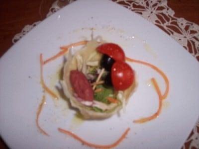 Cestino di parmigiano con pomodorini e salame