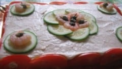 Pan di spagna salato alla mousse di salmone e gamberi