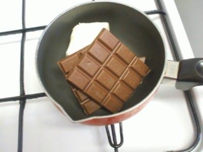 Torta al cioccolato con goccie di cioccolato e granella di nocciole