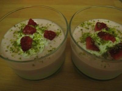 Bicchierini di panna cotta bigusto (fragole e pistacchi)
