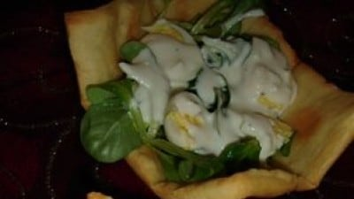 Cestini di pane con insalatina di songino e uova di quaglia