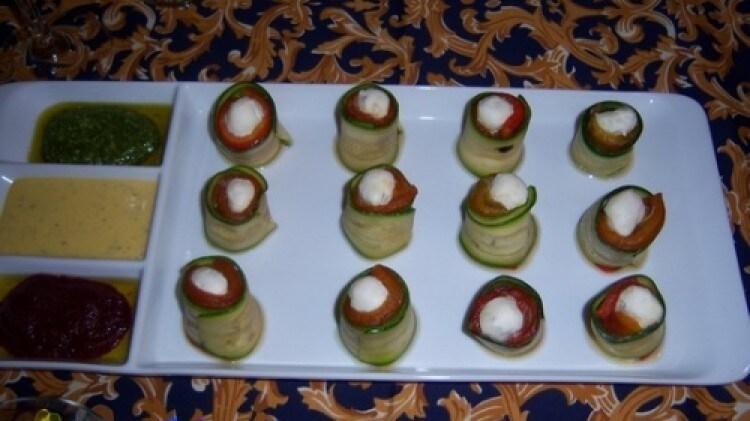 Rotolini di zucchine e peperone con formaggio