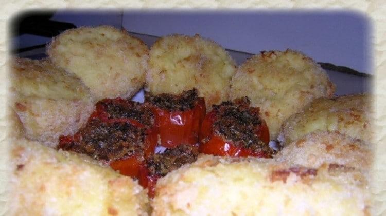 Polpette di patate e pomodorini ripieni al forno