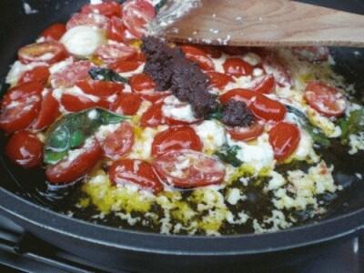 Spaghetti con feta, pomodori datterini e patè di olive