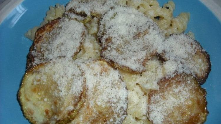 Pasta con zucchina fritta e ricotta salata