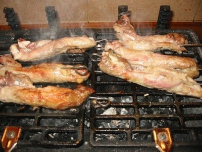 Costine di maiale alla griglia con bacon e cipolline novelle