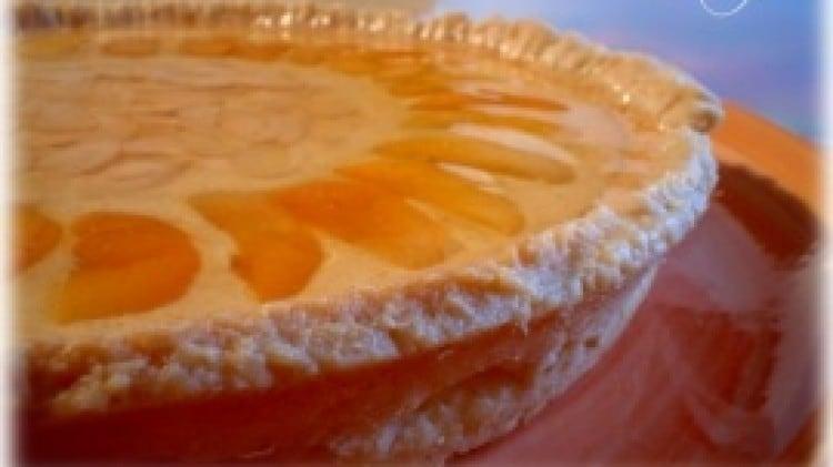 Crostata con crema al quark e mandorle, albicocche candite e marmellata di arance
