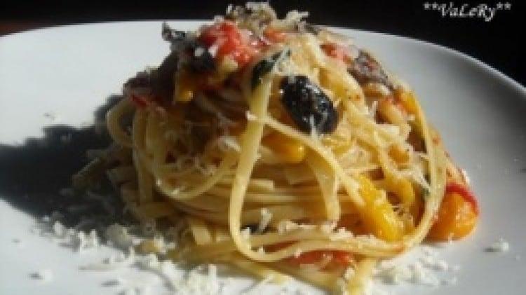Bavette ai peperoni con olive nere tostate e pecorino fresco