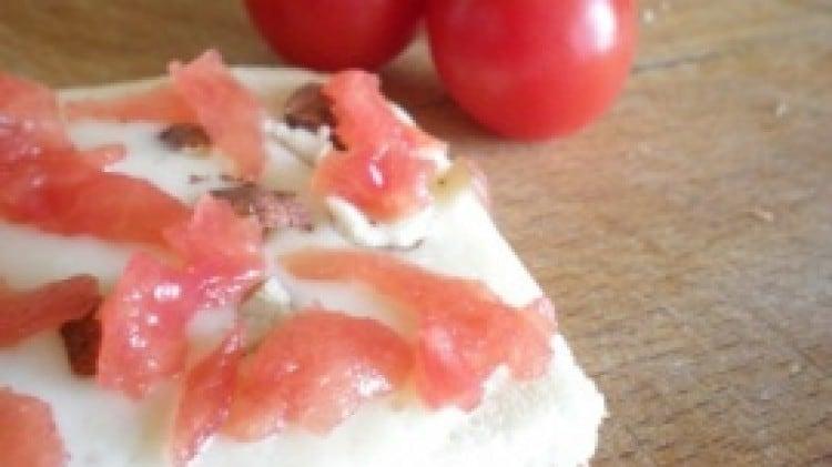 Crostini taleggio, nocciole e pomodori
