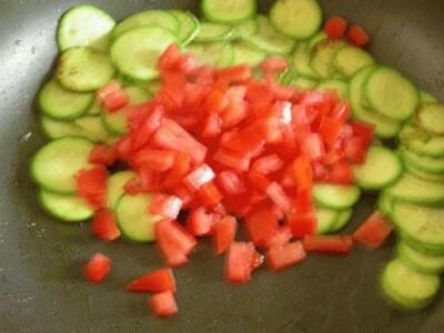 Tagliatelle al nero, zuccchine e pomodoro