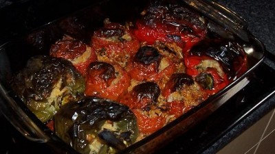Pomodori e peperoni ripieni alla greca